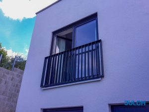 Französischer Balkon Fenster feuerverzinkt pulver beschichtet anthrazit senkrechte Stäbe Flachstahl Rahmen