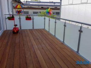 Balkon Holzbelag Gelaender feuerverzinkt Milchglas