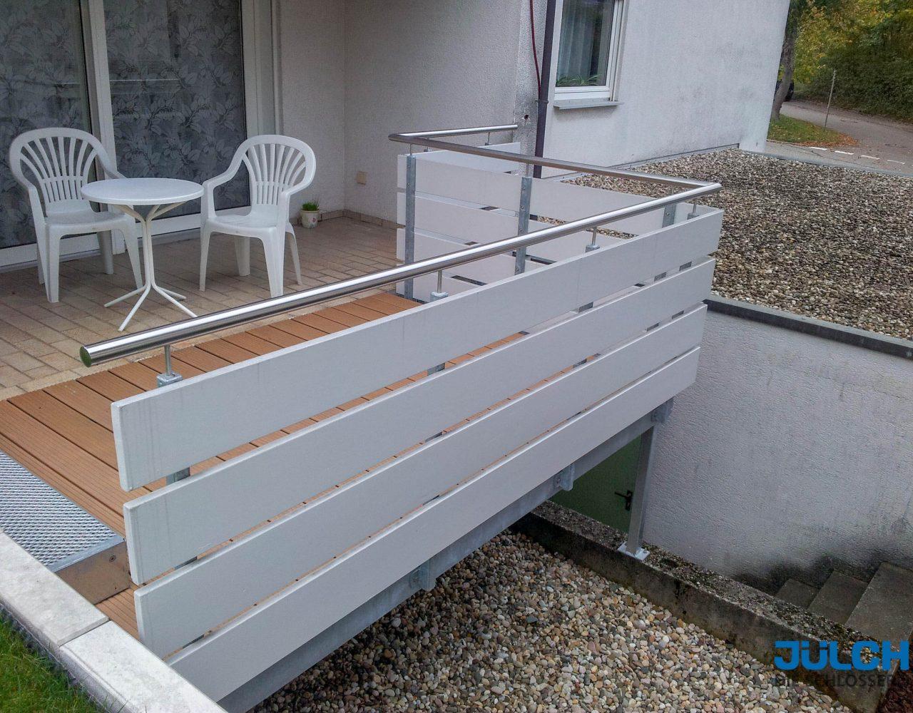 Balkon Gelaender, waagrechtes Holz, Handlauf aus Edelstahl