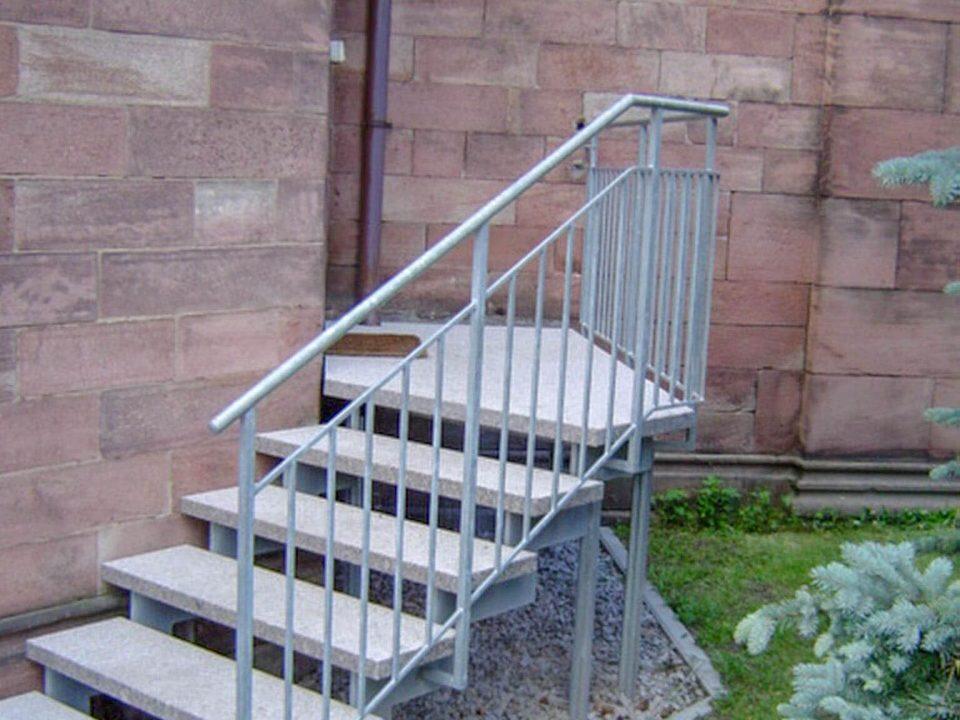 seperater Treppenlauf mit Treppe, freistehend, Steinstufen, Kirche