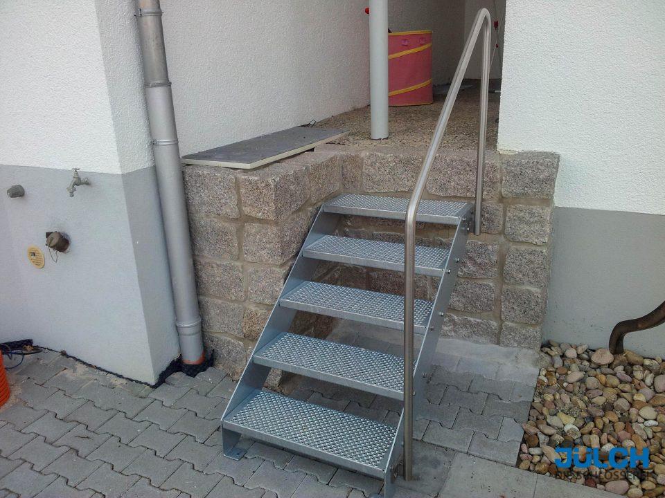 kleine Gartentreppe, in Mauer befestigt mit Handlauf