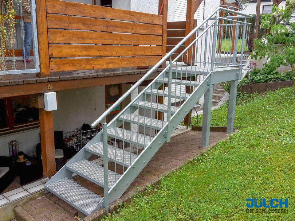Terrasse Treppe Lochroststufen Flachstahlwange, mit Podest