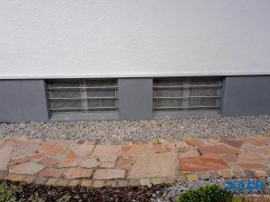 Fenstergitter, waagerechte Staebe, Kellerfenster, Edelstahl in Mauerwerk eingelassen