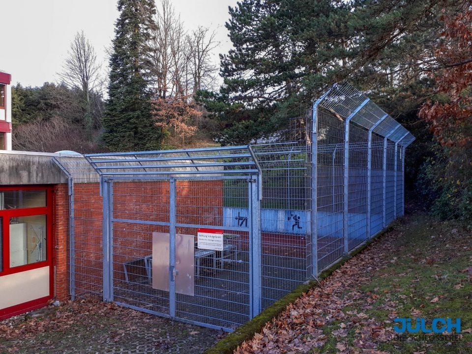 Doppelstabmattenzaun Sportplatz Zaun Schule Absicherung