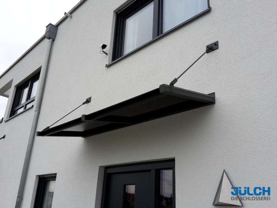 Schwarzes Glas Vordach Designervordach abgehaengt