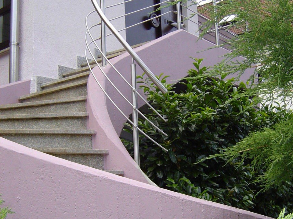 Treppengelaender an geschwungener Wand, Edelstahl, gewendelte Treppe