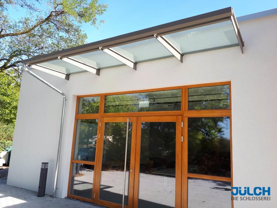 Flachstahllaschen Vordach Mensa modern mit Regenrinne
