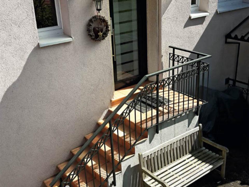 Landhaus Stil Vordach Haustuer Schutz kuenstlerisch
