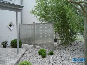 Edelstahl Lochblech freistehen SIchtschutz Terrasse modern Steingarten