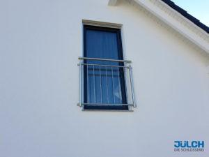 Französischer Balkon Fenster Edelstahl senkrechte Stäbe Flachstahl Rahmen