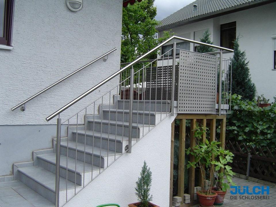 Gelaender Treppe Hauswand Eingang Lochblech