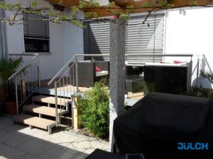 Balkon mit Feuerverzinkung mit Holzbelag, Glashalter Edelstahl und Stabgelaender