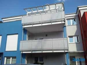 SIchtschutz vorhandenes Balkon gelaender senkrechte Staebe Punkthalter