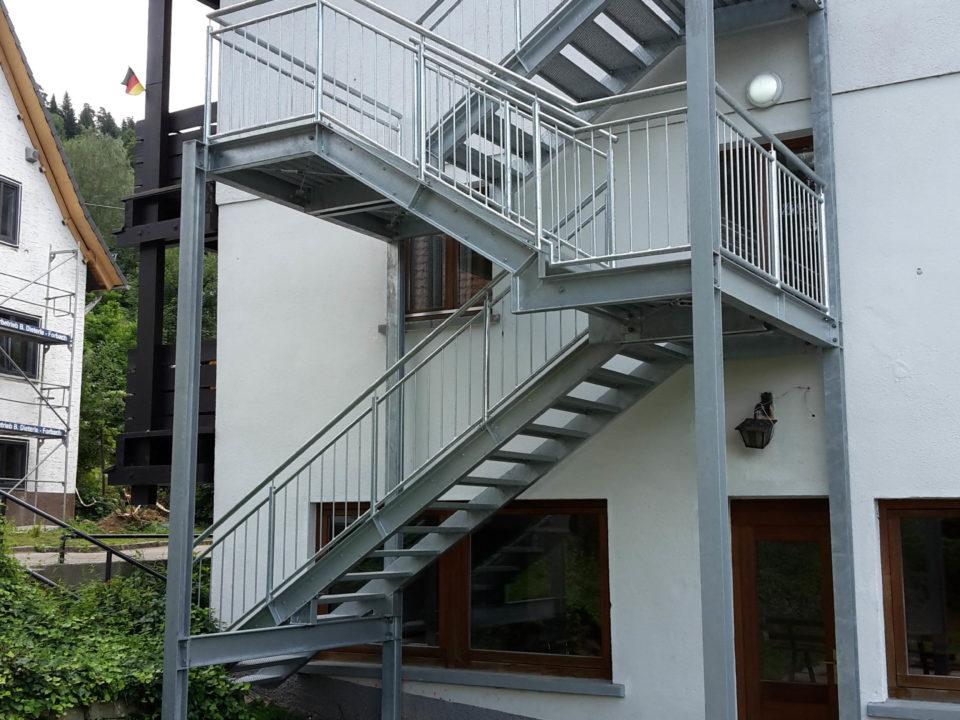 Treppenturm, Fluchttreppe, Treppenanbau aussen, mehrere Ebenen