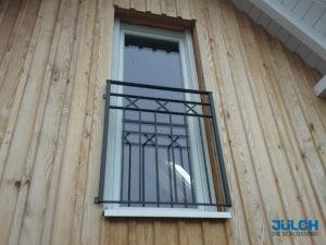 Französischer Balkon Fenster feuerverzinkt lackiert anthrazit senkrechte Stäbe Flachstahl Rahmen Verzierung