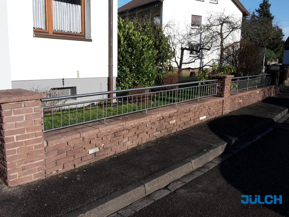 Zaun in Mauer Maeuerchen Edelstahl Gartenzaun schlicht senkrechte staebe edel modern