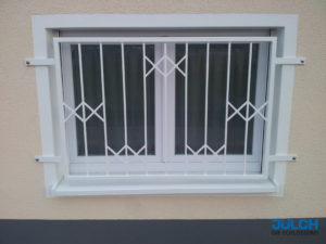 Fenstergitter feuerverzinkt weiß lackiert, mit Zierfuellung, Deko