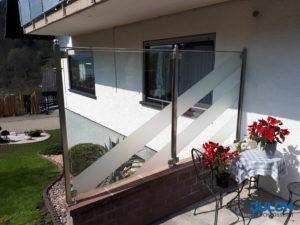 Glas Windschutz Edelstahl Siebdruck, Sonderloesung in Mauer eingelassen